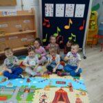Dzieci na dywanie