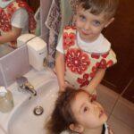 Dzieci przedstawiają zawód fryzjera