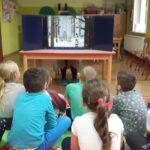 dzieci oglądają bajkę