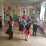 dzieci w strojach karnawałowych tańczą