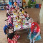 dzieci w strojach karnawałowych przy stole
