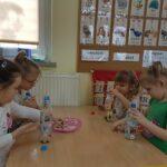 Dzieci przy stoliku