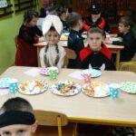 dzieci w strojach karnawałowych