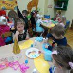 dzieci w strojach karnawałowych jedzą