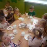 Dzieci jedzą oponki 1