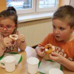 Dzieci jedzą oponki