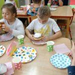 Dzieci jedzą paczki 1