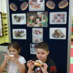 Dzieci jedzą paczki 2