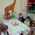 Dzieci jedzą pączki 3