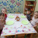 Dzieci jedzą pączki 4