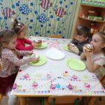 Dzieci jedzą pączki 5