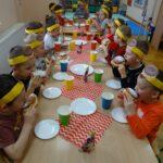 Dzieci jedzą pączki 6