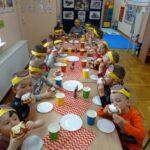 Dzieci jedzą pączki 7