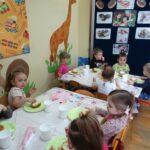 Dzieci jedzą paczki 8