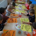 Dzieci jedzą pączki 9