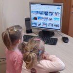 Dzieci oglądają komputer