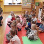 Dzieci ogladają prezentacje multimedialną na laptopie