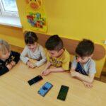 Dzieci ogladają telefony komurkowe