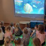 Dzieci ogladają wirtualne zoo