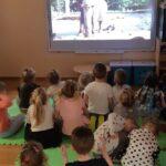 Dzieci oglądają wirtualne zoo