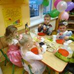 Dzieci podczas poczęstunku