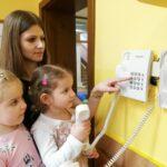 Dzieci poznaja działanie domofonu i telefonu stacjonarnego