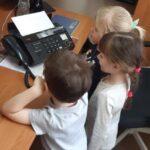 Dzieci poznają działanie faksu