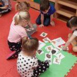 Dzieci segregują zwierzeta egzotyczne i krajowe