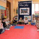 Dzieci z grupy Biedronek grają na instrumentach
