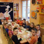 Dzieci z grupy Biedronek jedzą oponki