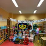 Dzieci z grupy Biedronek z maskami karnawałowymi