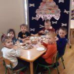 Dzieci z grupy Mrówki jedzą oponki