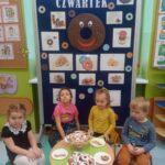 Dzieci z grupy Żuczki jedzą oponki 1