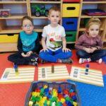 Dzieci z ułożonymi wieżami z klocków zgodnie z podanym kodem (2)