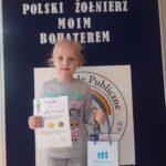 Dziewczynka z dyplomem i nagrodą