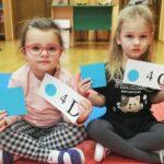 Dziewczynki trzymające kartki do kodowania
