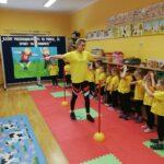 Dzieci ćwiczą z Panią