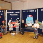 Dzieci przy tablicach z zawodami