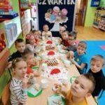 Dzieci jedzą pączki
