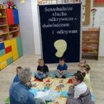 1. dzieci siedzą na dywanie - zabawa Co tak szeleści