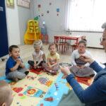 3. dzieci siedzą na dywanie - zabawa Policz ile