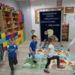 4. dzieci biegają i maszeruja w rytm słyszanej muzyki