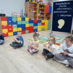 5. dzieci wyklaskują uslyszany rytm na klawesach (2)