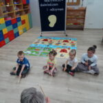 6. dzieci wystukuja uslyszany rytm na klawesach (1)
