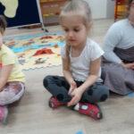 8. dziecko układa uslyszany rytm za pomocą klockow