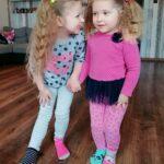 Anastazja z siostra prezentują skarpetki