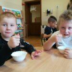 Chłopcy jedzą deser