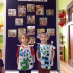 Chłopcy mają na sobie strój z wykorzystaniem reklamówki i nakrętek
