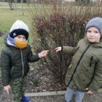 Chłopcy wskazują na pąki liści (Copy)