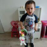 Chłopiec z koszyczkiem